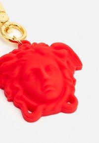 Versace - CIONDOLO MEDUSA UNISEX - Keyring - rosso/oro caldo - 3