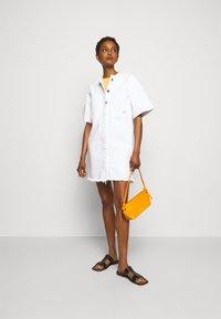 Victoria Victoria Beckham - FRAYED HEM MINI DRESS - Sukienka jeansowa - white - 1