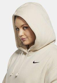 Nike Sportswear - GRANDE TAILLE - Sweat polaire - oatmeal/black - 3
