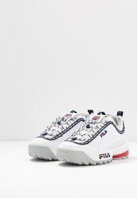 Fila - DISRUPTOR LOGO - Baskets basses - white/navy/red - 4