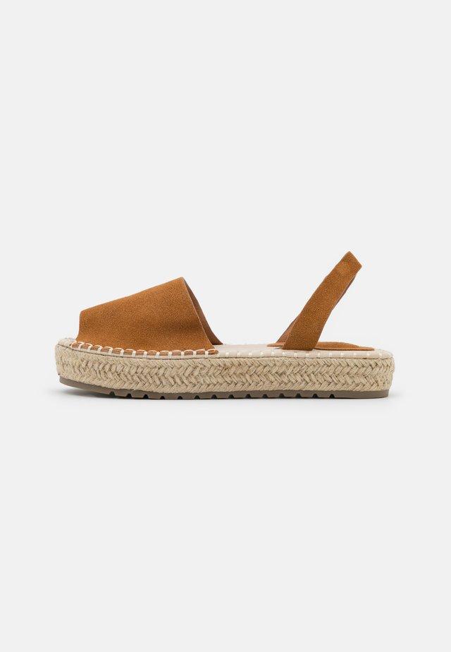 LUZIA - Korkeakorkoiset sandaalit - brown
