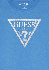 Guess - JUNIOR CORE - Print T-shirt - honey blue/bleu - 3