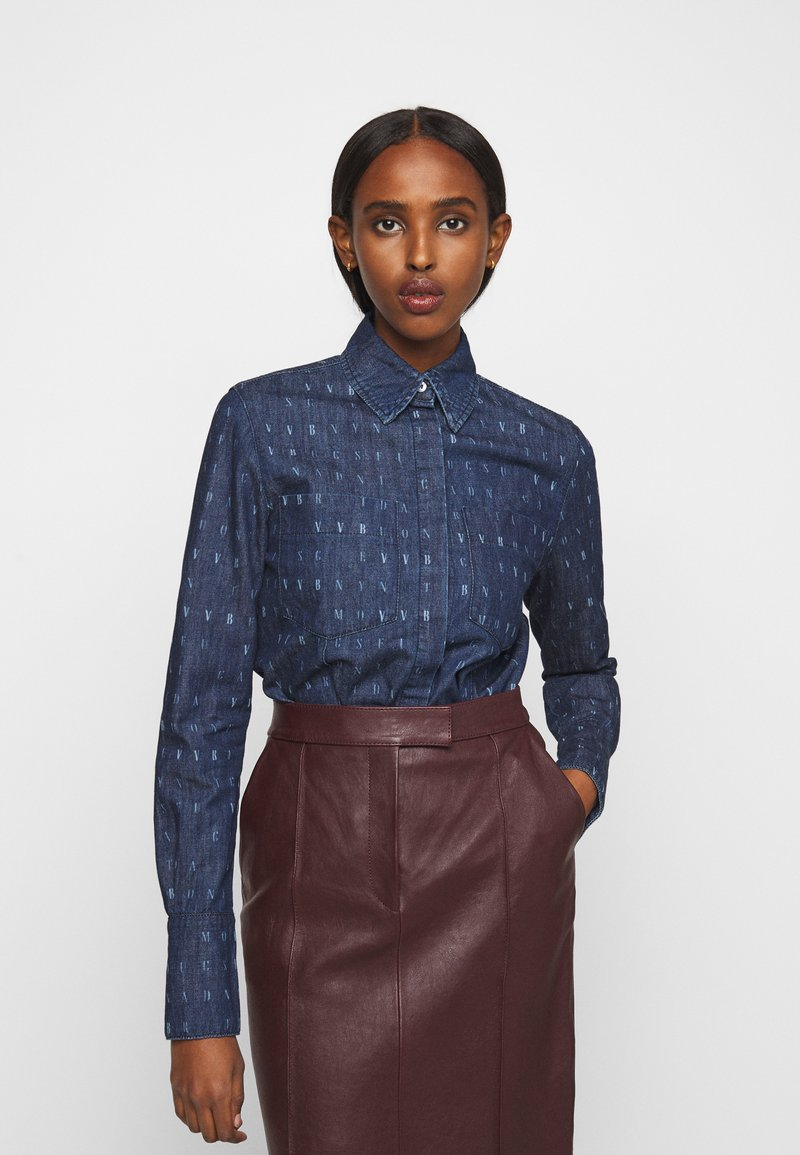 Victoria Victoria Beckham - WORD SEARCH CLASSIC - Koszula - dark blue