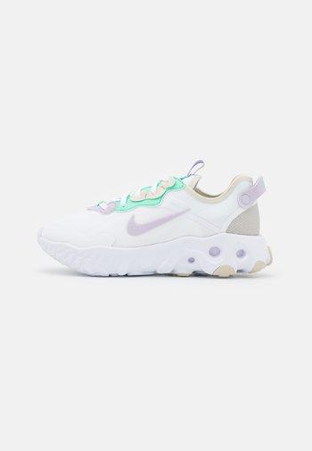 REACT ART3MIS - Sneakers basse - white/infinite lilac/light bone/green glow