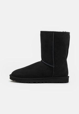 CLASSIC SHORT - Śniegowce - black