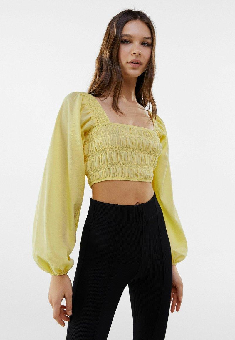 Bershka - MIT KASTENAUSSCHNITT UND RAFFUNG - Long sleeved top - yellow
