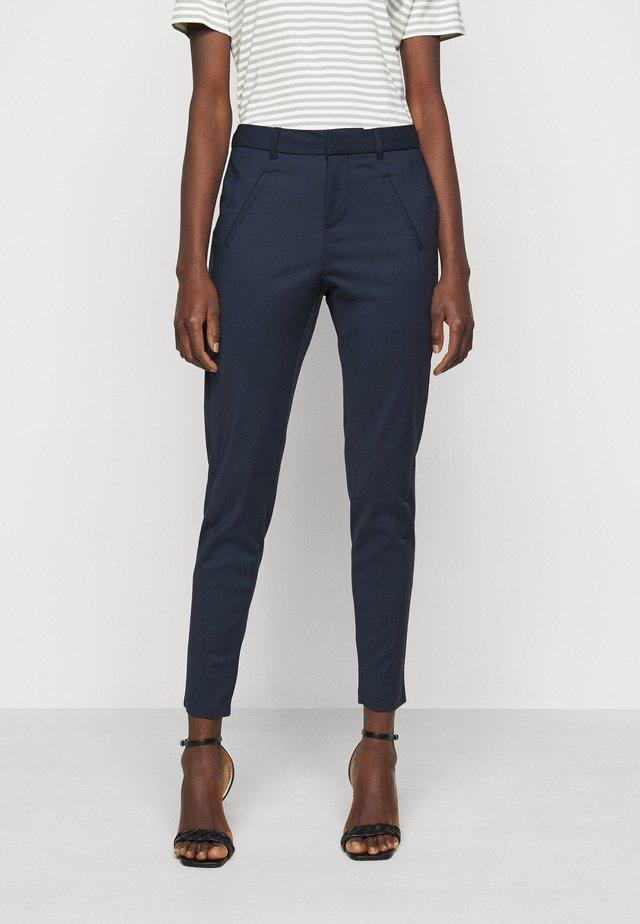 VMVICTORIA ANTIFIT ANKLE PANTS - Spodnie materiałowe - navy blazer