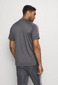 adidas Performance - REAL MADRID AEROREADY SPORTS FOOTBALL - Klubové oblečení - grey five - 2