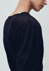 Massimo Dutti - MIT SCHULTERPOLSTERN - Bluzka z długim rękawem - black - 3