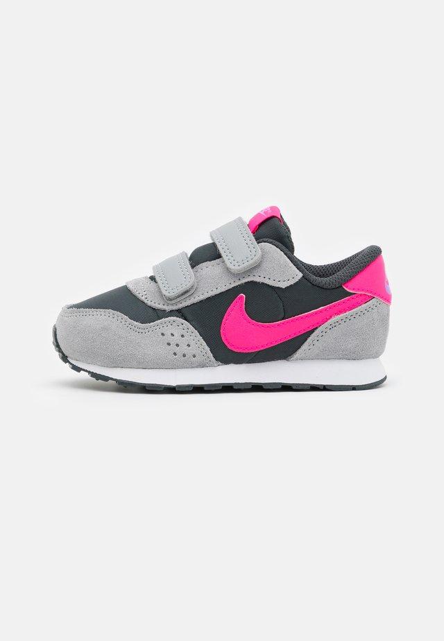 MD VALIANT UNISEX - Zapatillas - dark smoke grey/hyper pink/light  smoke grey