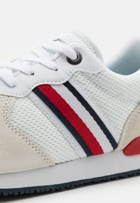 Tommy Hilfiger - ICONIC RUNNER - Sneakers basse - red/white/blue - 5