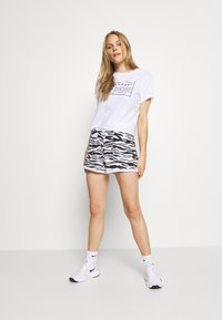 DKNY - ZEBRA PRINT ROLL CUFF SHORT INSEAM - Sports shorts - white - 1