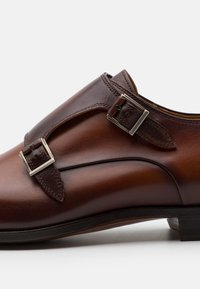 Magnanni - Slippers - coñac - 5