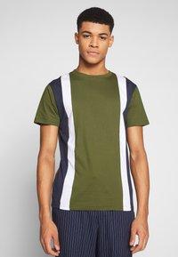 Bellfield - CU AND SEW TEE  - Print T-shirt - khaki - 0