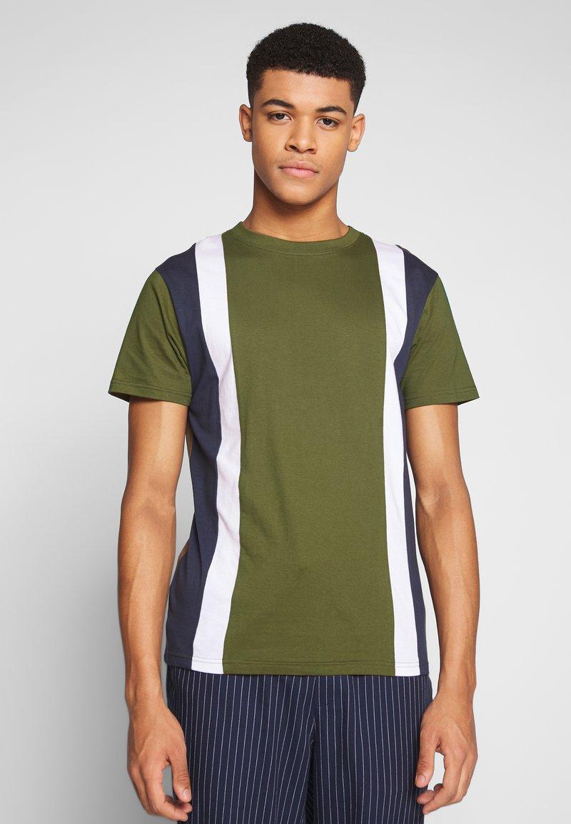 Bellfield - CU AND SEW TEE  - Print T-shirt - khaki