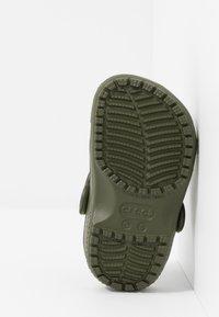 Crocs - CLASSIC UNISEX - Pool slides - army green - 5