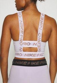 Nike Performance - CROP TANK - Funktionsshirt - photon dust/infinite lilac/metallic silver - 3