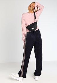 Spiral Bags - HARVARD BUMBAG - Bum bag - glitter black - 5