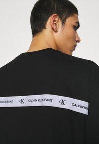 Calvin Klein Jeans - TEE UNISEX - T-shirt con stampa - black - 4