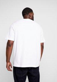 Calvin Klein - B&T STRIPE LOGO  - T-shirt imprimé - white - 2
