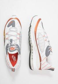 Nike Sportswear - AIR MAX 98 SE - Sneakers - vast grey/summit white/team orange/smoke grey/black/metallic red bronze - 1
