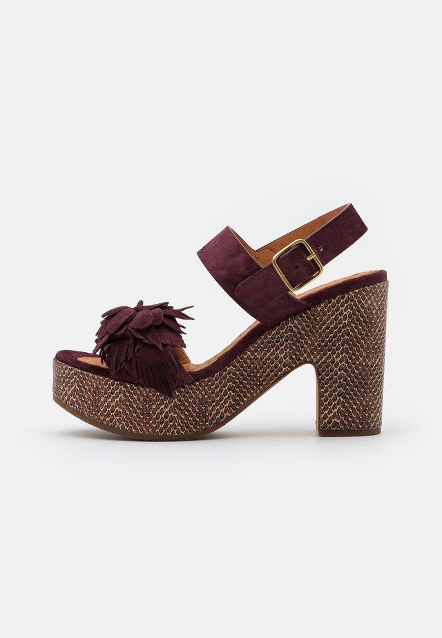 YANELA - Korkeakorkoiset sandaalit - zeus grape/shana red