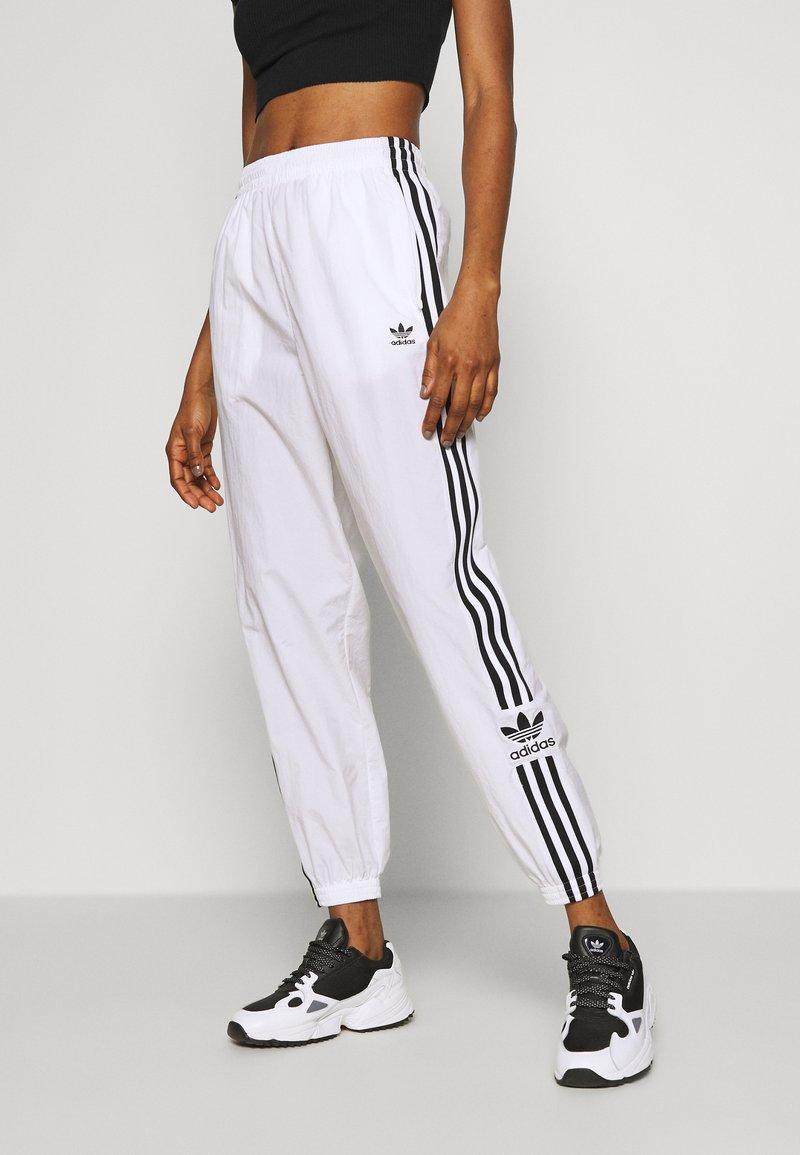 adidas Originals - LOCK UP ADICOLOR NYLON TRACK PANTS - Pantalones deportivos - white