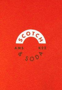 Scotch & Soda - LOGO CREWNECK TEE - T-shirt med print - chili pepper - 2