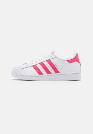 SUPERSTAR SPORTS INSPIRED SHOES UNISEX - Zapatillas - footwear white/super pink/core black