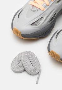 adidas Originals - OZWEEGO CELOX UNISEX - Tossud - grey two/acid orange - 7