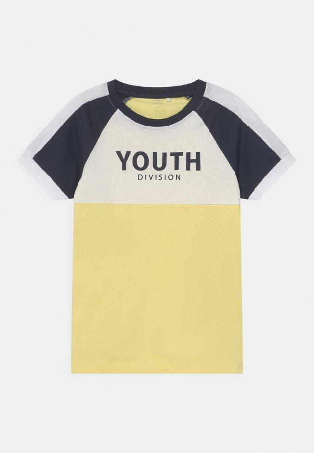 NKMDAKKI  - T-shirts print - yellow pear