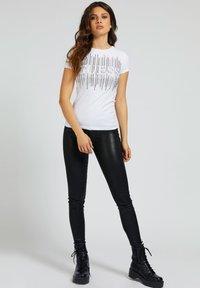 Guess - Print T-shirt - weiß - 1