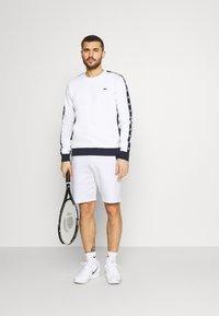 Lacoste Sport - SHORT - Träningsshorts - white/navy blue - 1