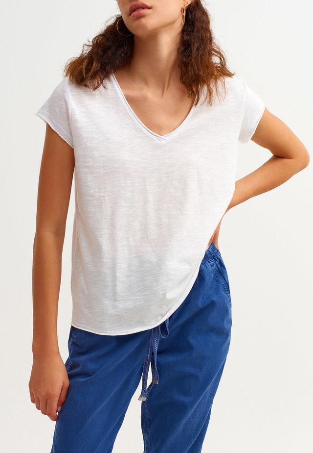 MIT V-AUSSCHNITT - Basic T-shirt - weiß