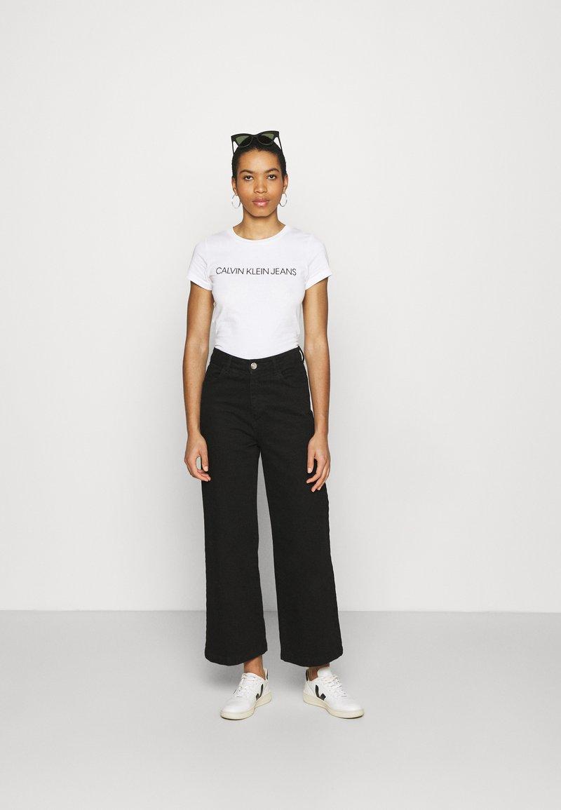 Calvin Klein Jeans - INSTITUTIONAL LOGO TEE 2 PACK - Print T-shirt - bright white/black