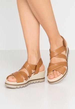 Sandály na platformě - cognac