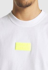 adidas Originals - SILICON - Camiseta estampada - white/solar yellow - 4