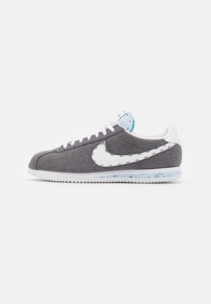 CORTEZ BASIC PRM UNISEX - Matalavartiset tennarit - iron grey/white/barely volt/celestine blue