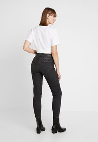 Pieces - PCLEAH MOM - Jeans Relaxed Fit - black - 2
