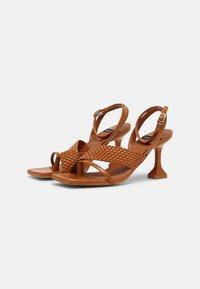 ÁNGEL ALARCÓN - VEGAN - Sandály s odděleným palcem - tabaco - 2