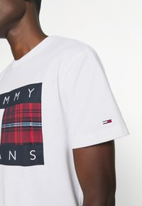 Tommy Jeans - PLAID CENTRE FLAG UNISEX - T-shirt con stampa - white - 5