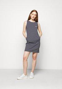 Barbour - DALMORE STRIPE DRESS - Sukienka z dżerseju - navy/white - 1