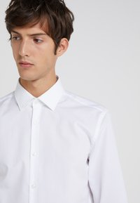 HUGO - JENNO SLIM FIT - Kostymskjorta - open white