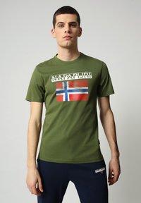 Napapijri - S-SURF FLAG - Print T-shirt - green cypress - 0