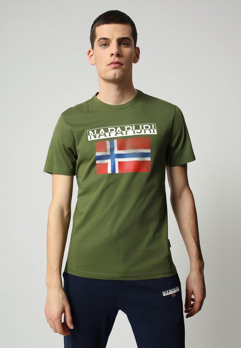 Napapijri - S-SURF FLAG - Print T-shirt - green cypress