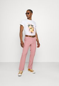 Mennace - ON THE RUN STRAIGHT LEG TAILORED TROUSER - Trousers - pink - 1