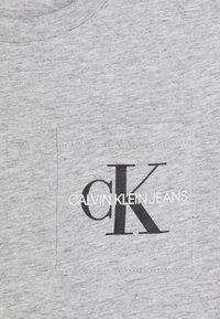 Calvin Klein Jeans - MONOGRAM POCKET  - T-shirt print - grey - 2
