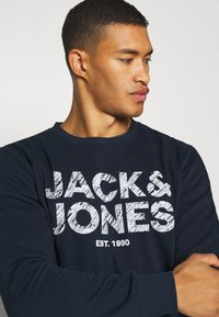 Jack & Jones - JJHERO  - Felpa - navy blazer - 3