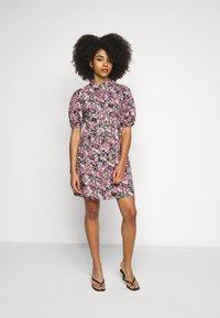 Vero Moda Petite - VMANNELINE DRESS - Košilové šaty - black/yellow - 4