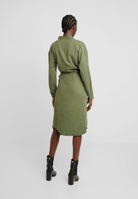 Moss Copenhagen - ROSANNA DRESS - Blusenkleid - lichen green - 3